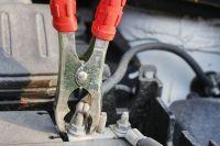 В чем опасность прикуривания другого автомобиля?